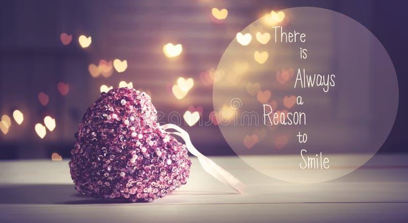 Det finns alltid en anledning att le meddelandet med en rosa hjärta arkivfoton