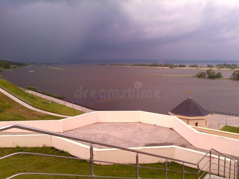 Det finns en åskväder på floden arkivfoton