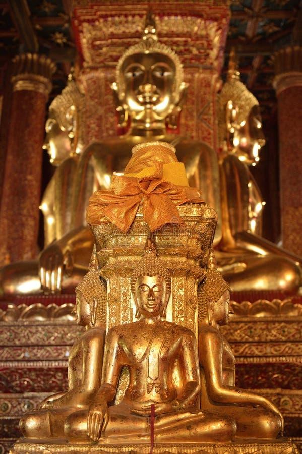 Det finns fyra små statyer av Buddha i tempelet Phumin Nan, arkivbilder