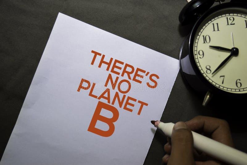 Det finns ingen Planet B-text på papperet som är isolerat i skrivbordsbakgrunden royaltyfri foto