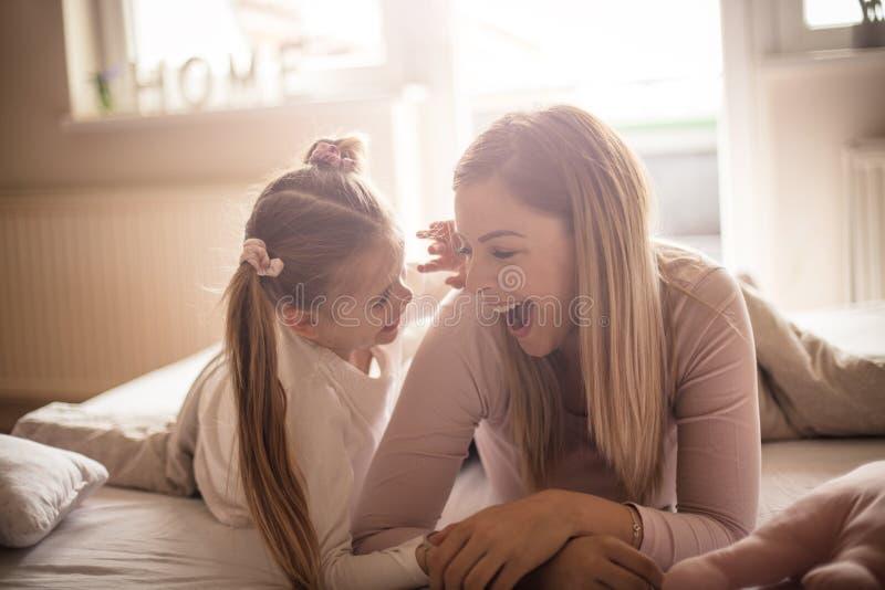 Det finns ingenting som är mer sweeter än ett barns skratt arkivfoto