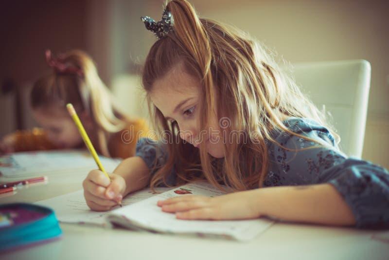 Det finns inte några svåra uppgifter för henne, dem gör det med ett leende på hennes framsida arkivfoto