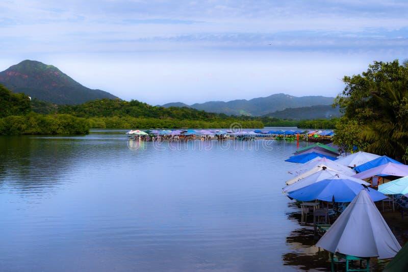 Det finns många kulöra paraplyer på kusten av den Juluapan lagun i Manzanillo Colima arkivfoto
