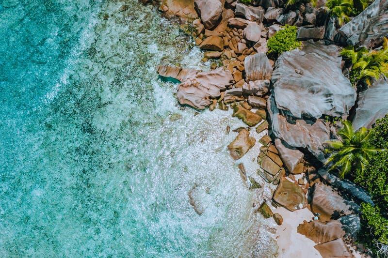 Det flyg- surrlandskapet av cocos för Seychellerna tropiska paradisanse sätter på land med rent kristallklart turkosvatten och fotografering för bildbyråer