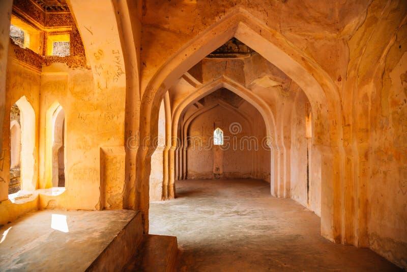 Det forntida badet för drottning` s fördärvar i Hampi, Indien royaltyfri foto