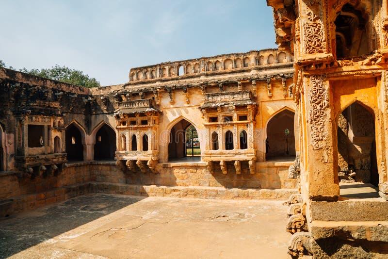 Det forntida badet för drottning` s fördärvar i Hampi, Indien royaltyfri bild
