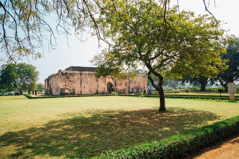 Det forntida badet för drottning` s fördärvar i Hampi, Indien royaltyfria foton