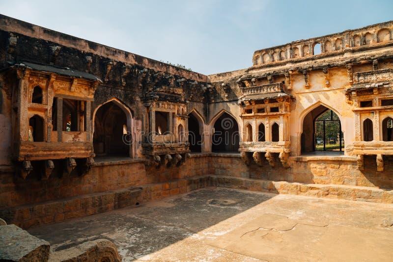Det forntida badet för drottning` s fördärvar i Hampi, Indien arkivfoto