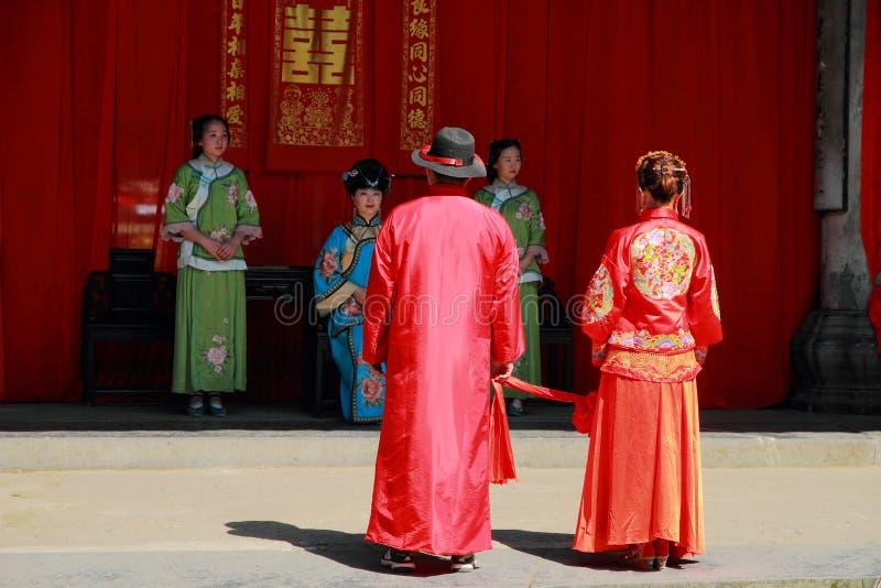 Det forntida kinesiska traditionella bröllopet, pilbåge till himmel och jord som delen av en bröllopceremoni fotografering för bildbyråer