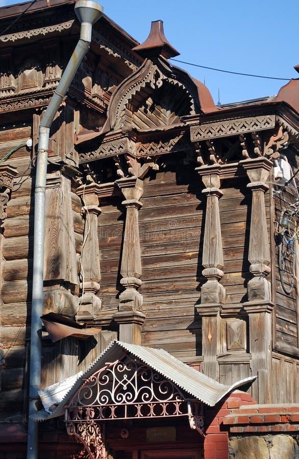 Det forntida lordly bebodda trähuset på Karl Marx Street i staden av Syzran Sommarstadslandskap Samararegion royaltyfria bilder