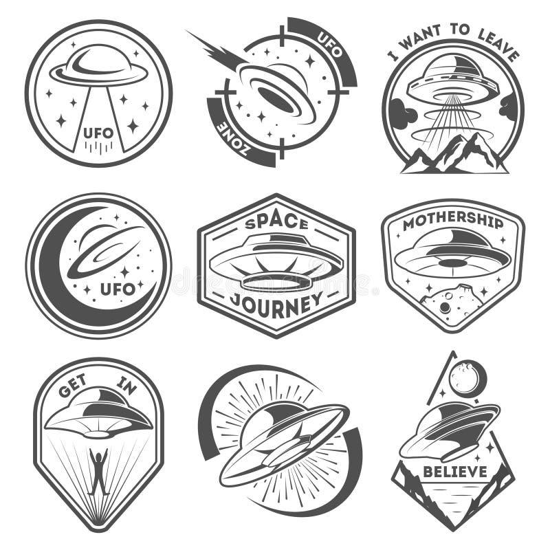 Det främmande rymdskeppet, rymdskepp och ufo-emblem ställde in Kosmiskt skepp i formtefatet för trans. Monokromma ufoemblem vektor illustrationer