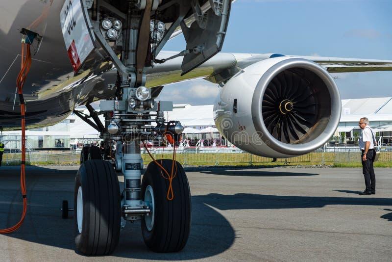 Det främre landningkugghjulet och turbofan Rolls Royce tenderar 900 av den nyaste flygplanflygbussen A350-900 XWB royaltyfria foton