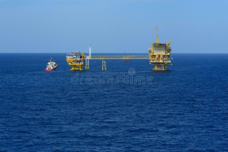 Det frånlands- oljeplattform- och tillförselfartyget royaltyfri foto