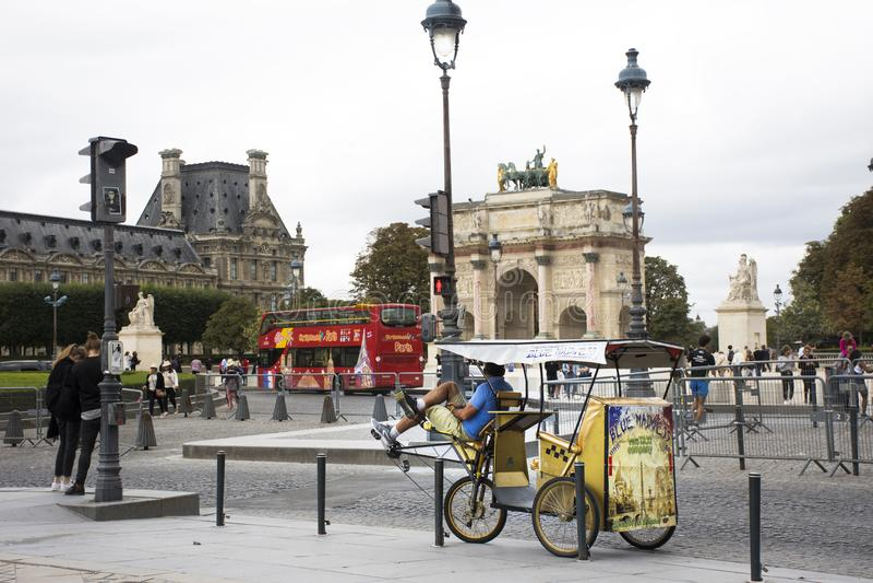 Det franska folket som cyklar service för bruk för handelsresande för cykelrickshaw väntande, turnerar runt om paris royaltyfri fotografi