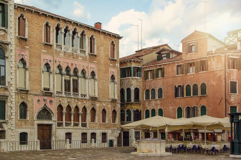 Det fria i Venedig Gamla antika hus och kaféer royaltyfri fotografi