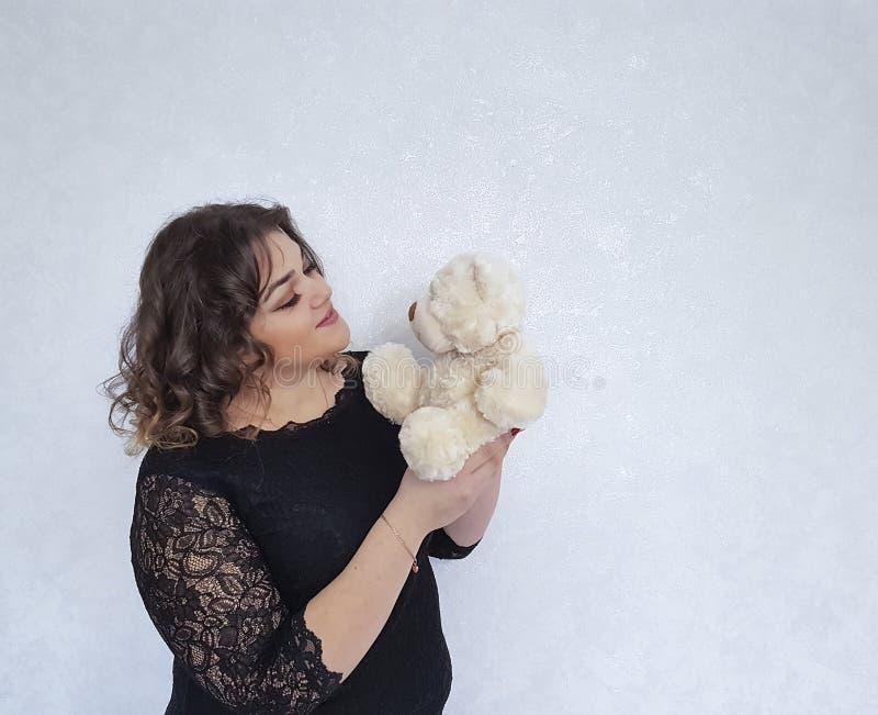 Det fulla barnet för leksak för flickaklänningbjörn kopplade av älskvärd helg royaltyfri bild