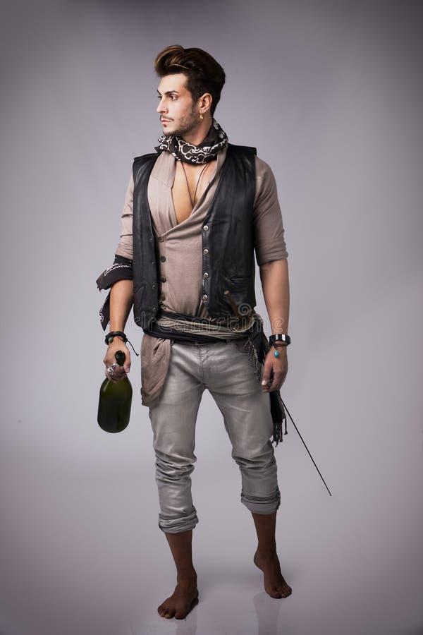 Det fulla kroppskottet av godan som ser den unga mannen piratkopierar in, modedräkten royaltyfri foto