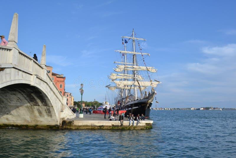 Det fulla riggade historiska skeppet Belem av Greenpeace ankras som ett museum för öppen luft för att besöka på den Venedig lagun arkivfoto