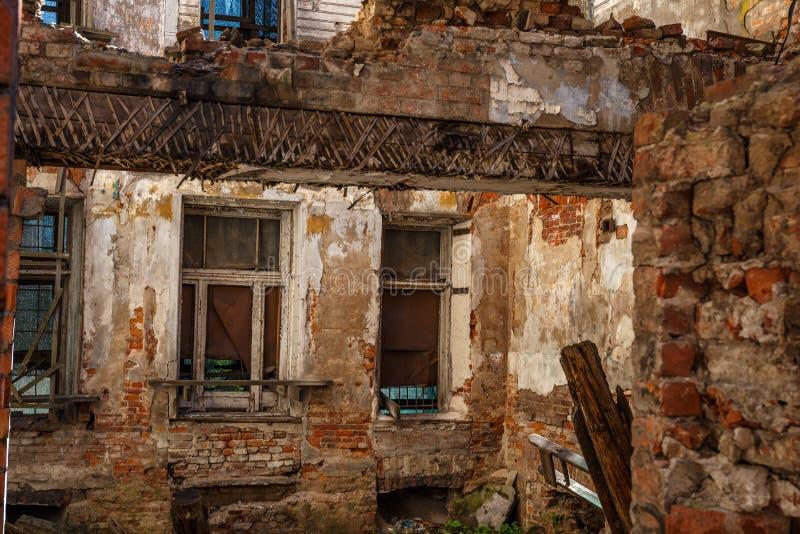 Det gamla övergav huset för röd tegelsten fördärvar, skadat vid jordskalvet, kriget eller annan naturkatastrof, demolerat förfall arkivbild
