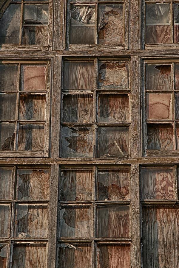 Det gamla brutna träfönstret förser med rutor med exponeringsglas royaltyfria foton