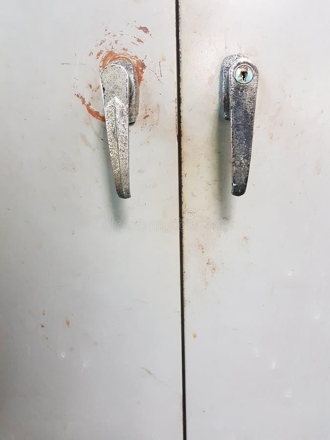 Det gamla dörrhandtaget upp, saltar fläckar, svarta fläckar royaltyfri bild