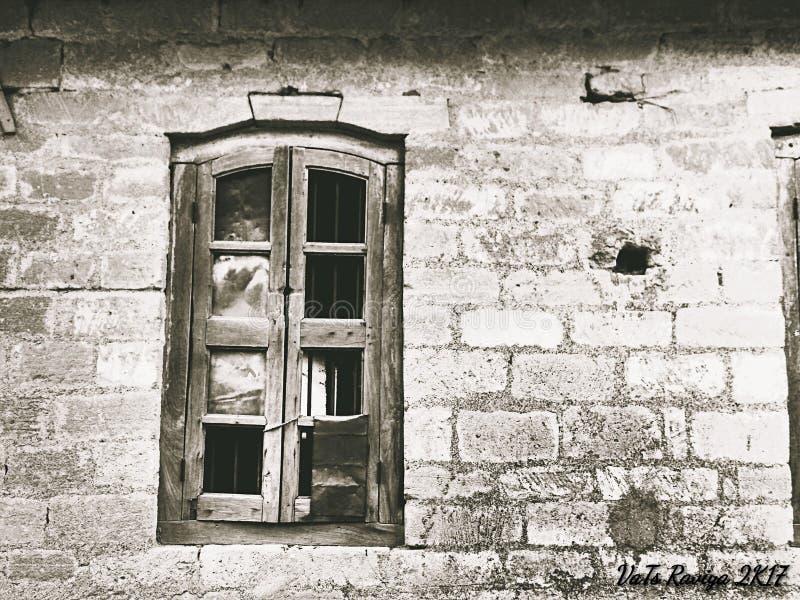 Det gamla fönstret/de brutna sagorna royaltyfria foton