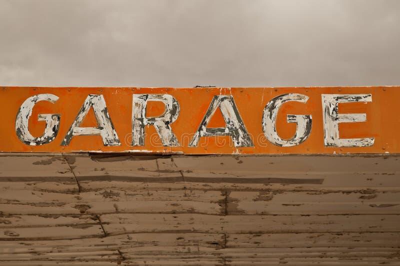 Det gamla garaget undertecknar in öknen royaltyfria foton