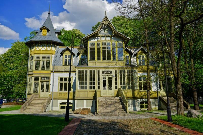 Det gamla gröna trähuset skansen in Frilufts- museum - träarkitektur Centralt museum av textiler royaltyfri foto