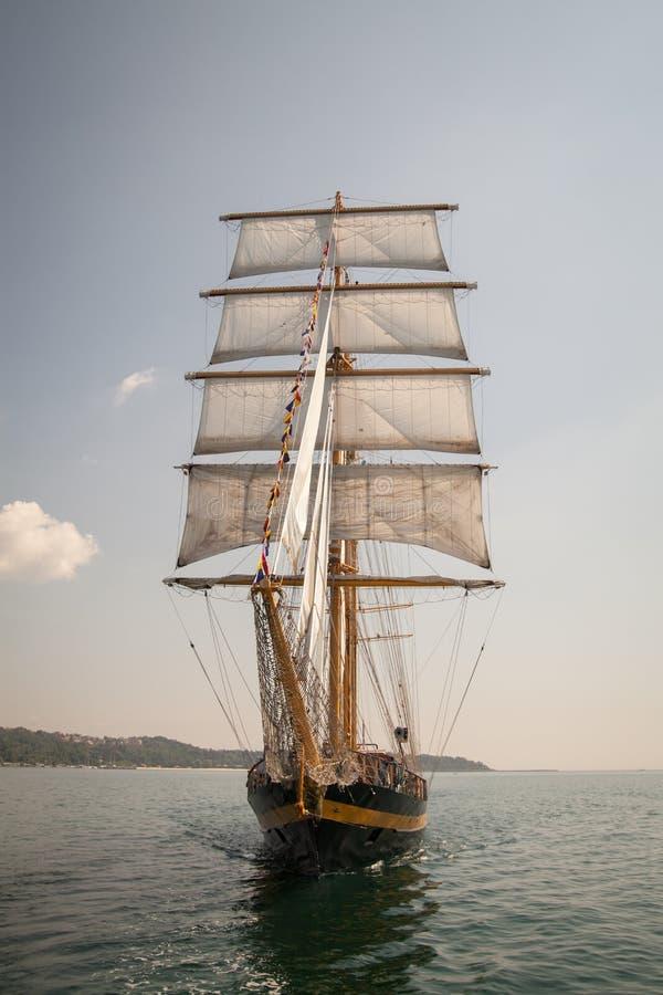Det gamla historiska skeppet med vit seglar och att segla i havet royaltyfri fotografi
