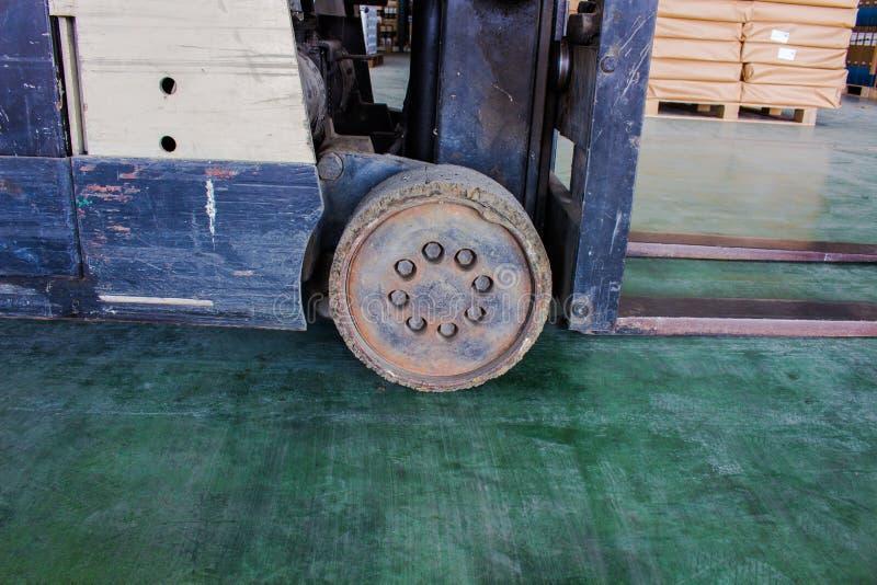 Det gamla hjulet av den lilla gaffeltrucken, måste fixas arkivfoton