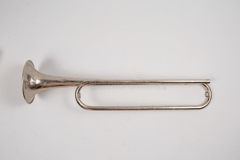 Det gamla hornet på isolerad vit bakgrund arkivfoto