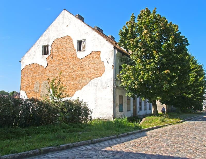 Det gamla huset av den tyska konstruktionen på den Krasnoarmeyskaya gatan Bagrationovsk Kaliningrad region royaltyfria foton