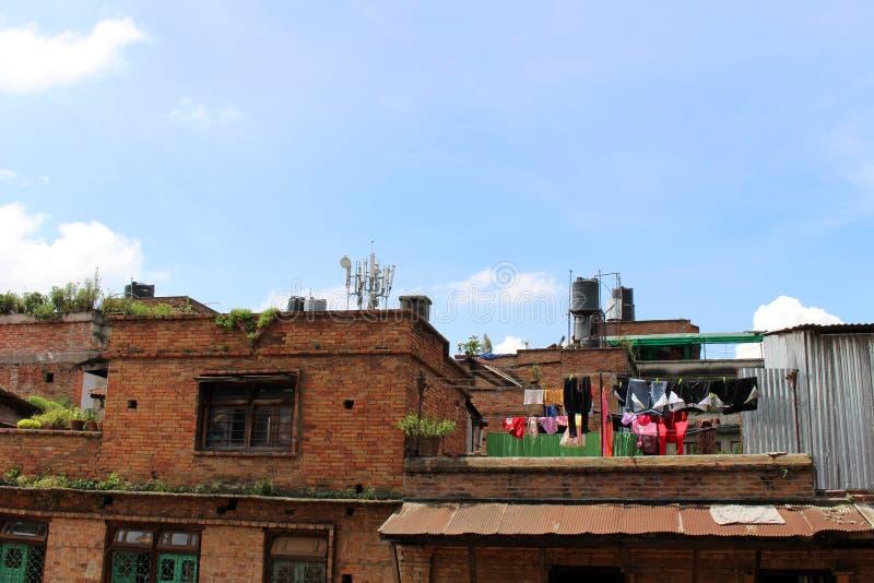 Det gamla huset med tegelsten- och kläderlinjen i Bhaktapur arkivfoto