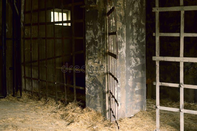 Det gamla rummet i det forntida fängelset för tortyr arkivbild