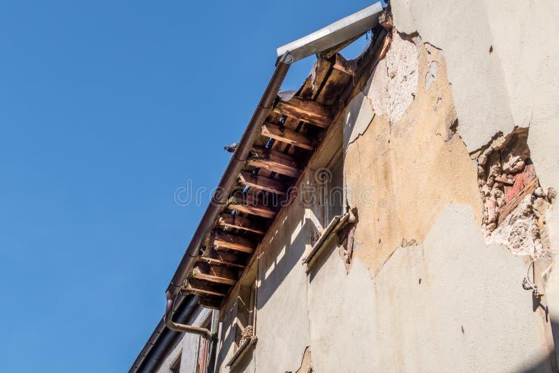 Det gamla skadade och ruttna taket - reparera ett tak royaltyfri foto