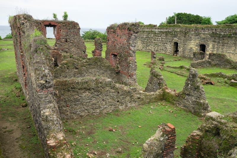 Det gamla spanska fortet fördärvar i det tropiska kolonet Panama arkivbild