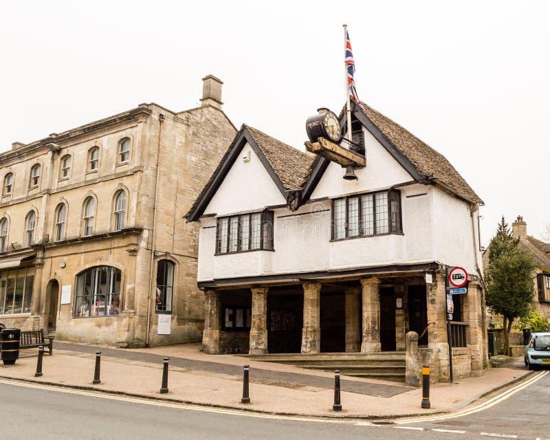 Det gamla stadshuset en storgatan Burford Oxfordshire i Cotswen fotografering för bildbyråer