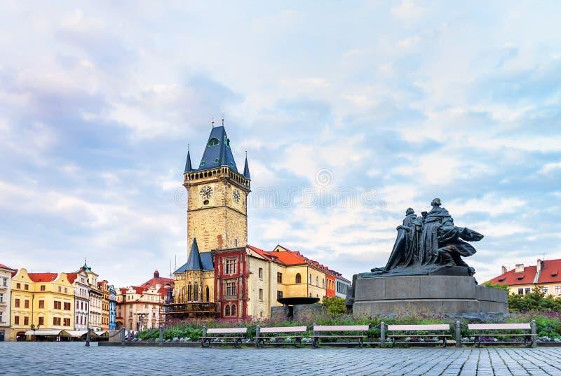 Det gamla stadshuset och Jan Hus Memorial i Prague fotografering för bildbyråer