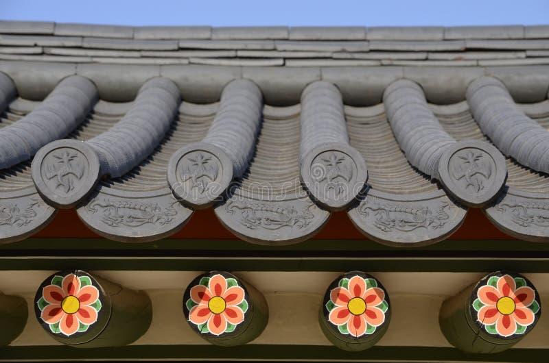 Det gamla taket av en tempel i Korea arkivfoton