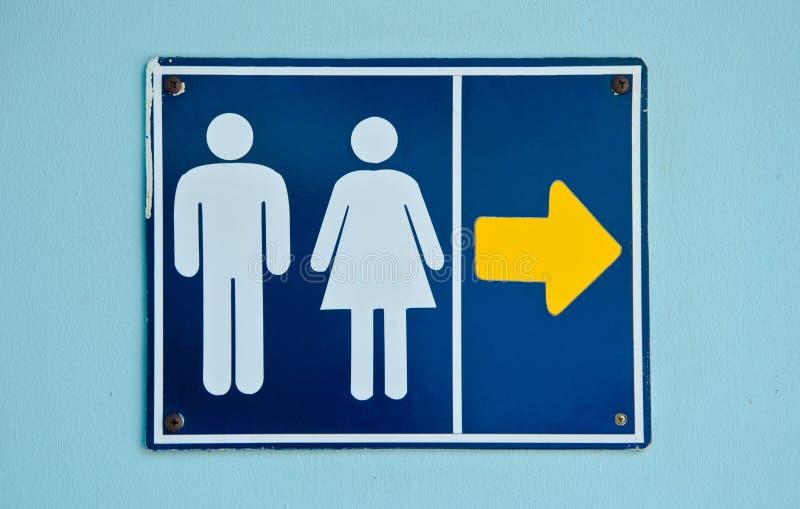 Det gamla tecknet för offentlig toalett fotografering för bildbyråer