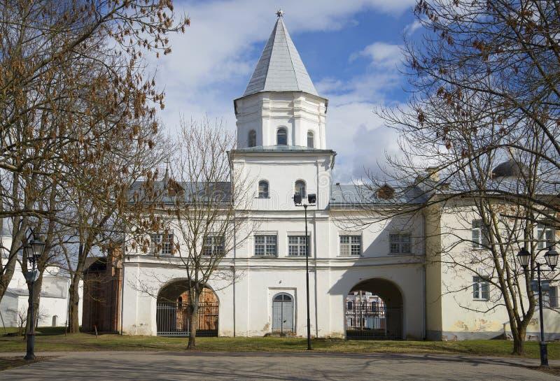Det gamla tornet av Gostinyen Dvor, vårdag novgorod veliky russia arkivfoton