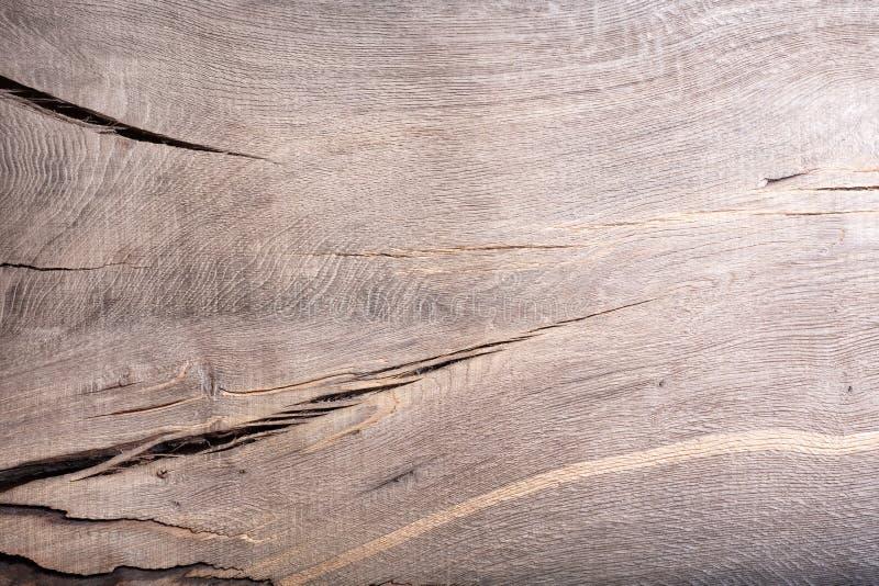 Det gamla wood myrekbrädet red ut med skrapatexturtappning arkivfoto