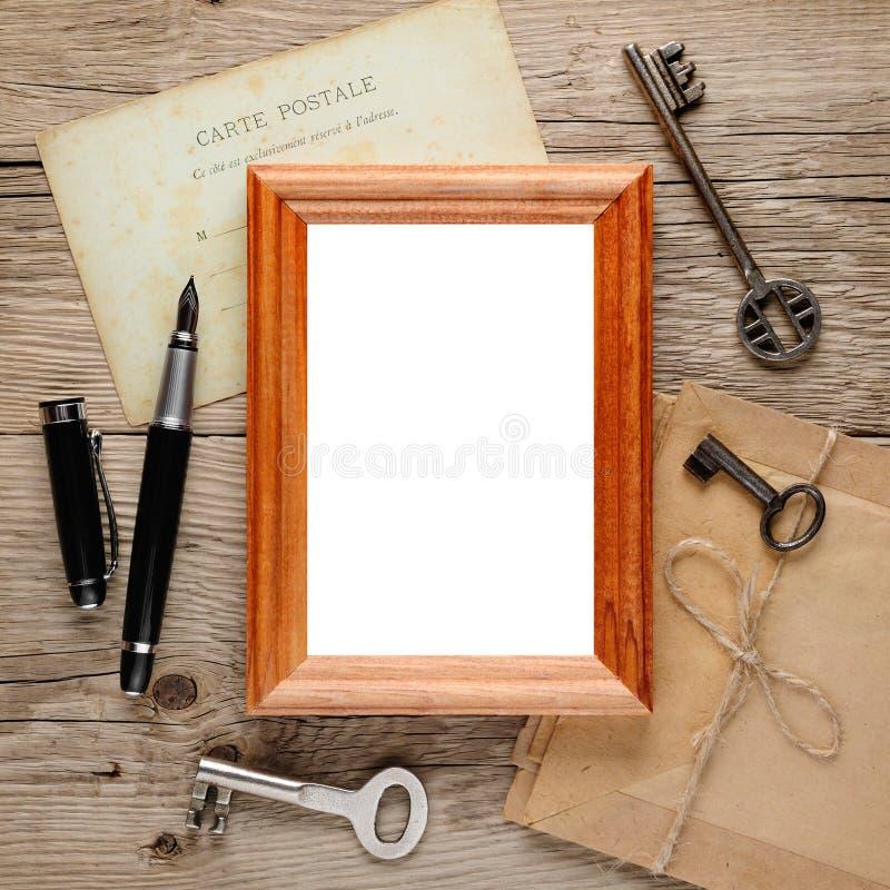 Det gammala fotoet inramar på trä arkivbild