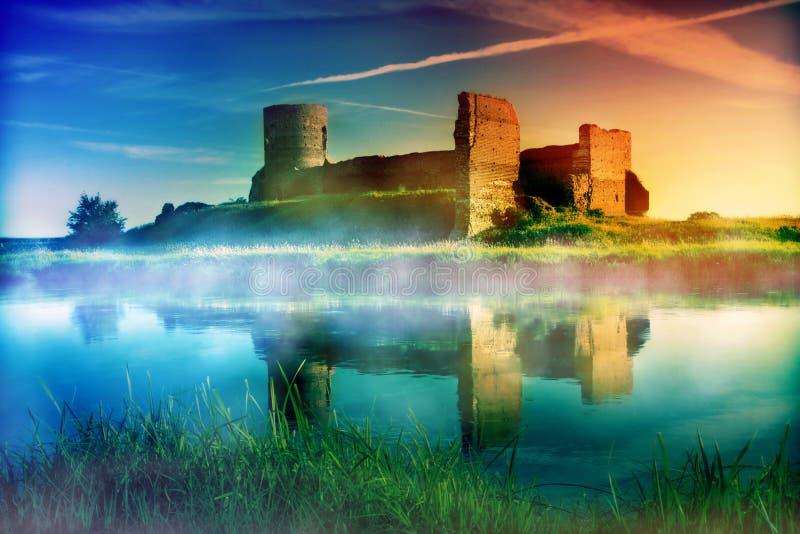 Det gammala slottet fördärvar på solnedgången arkivbild