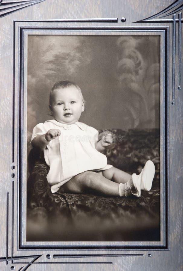 Det gammala tappningfotoet av barn behandla som ett barn flickaståenden royaltyfria bilder