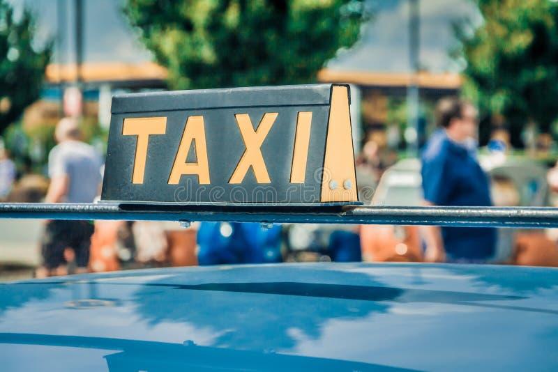 det gammala tecknet taxar fotografering för bildbyråer