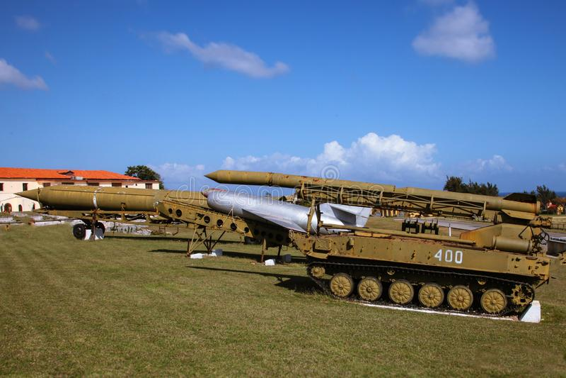 Det gammalt och det brutet, skrapade Sovjetunionen raket och arsenalen som sattes på Kuban som ut pekades till den blåa himlen royaltyfria bilder