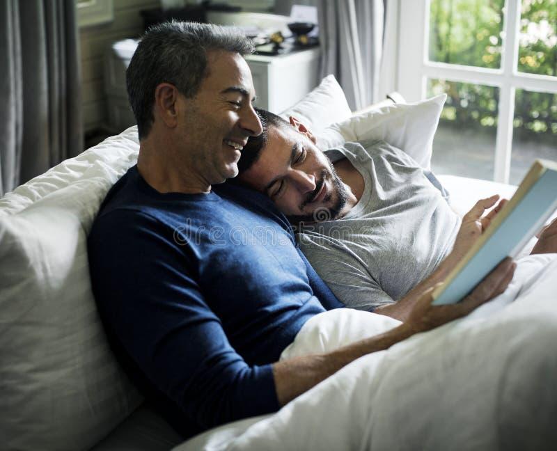 Det glade paret spenderar tid tillsammans arkivbilder