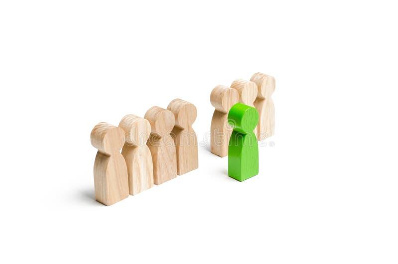 Det gröna diagramet av en man kommer ut ur linjen av folk begrepp av framgång och förbättring i arbete, den universella erkännand royaltyfri bild