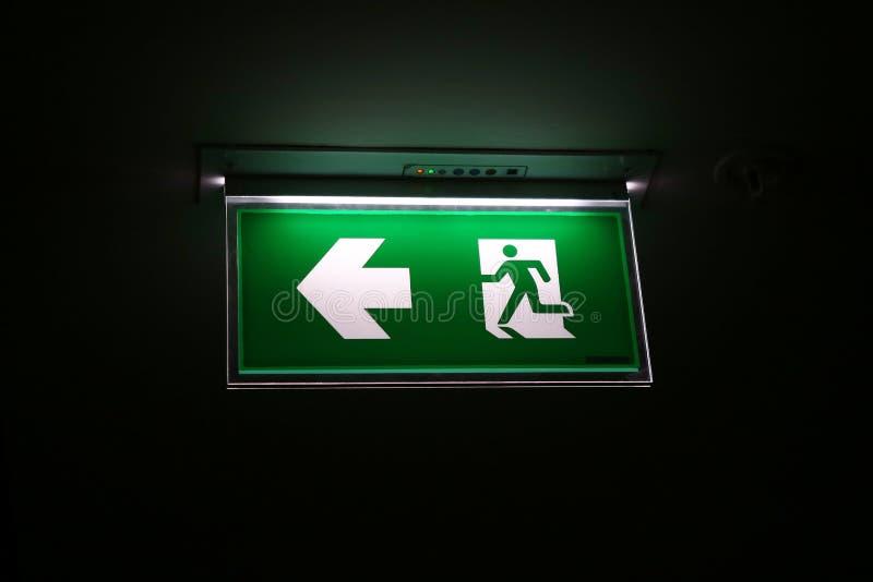 Det gröna teckensymbolet för säkerhet för går till brandutgången royaltyfri foto